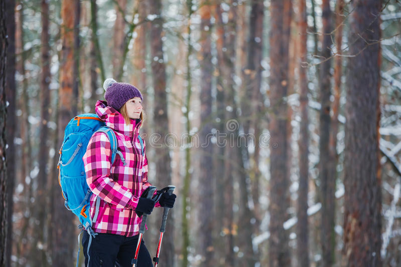 Randonneur dans le sport, l'inspiration et le voyage de forêt d'hiver photographie stock libre de droits