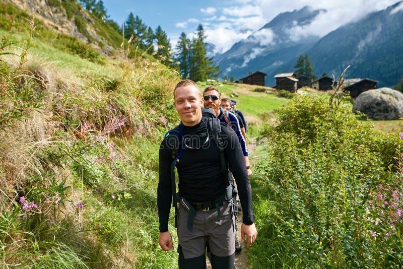 Randonneur dans les montagnes photos libres de droits