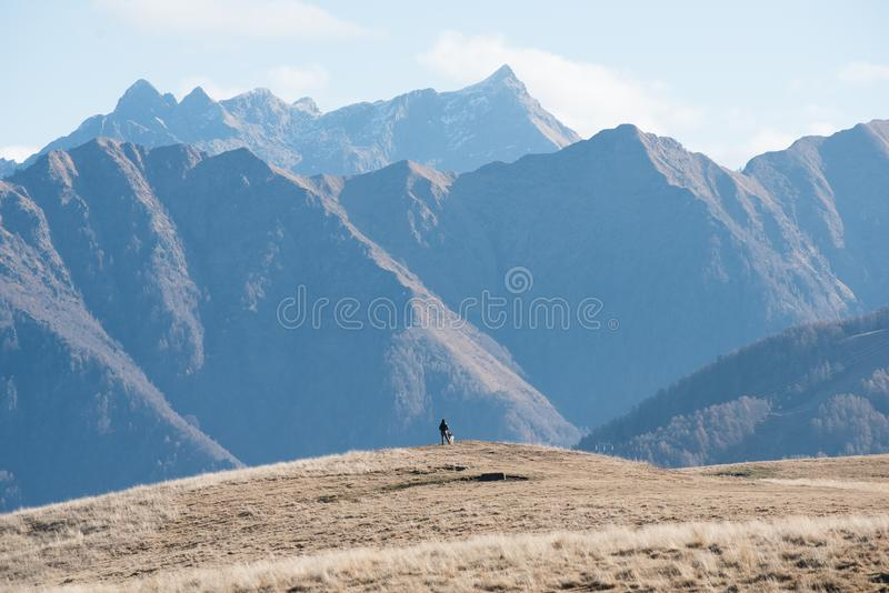 Randonneur dans les montagnes grandes photos stock