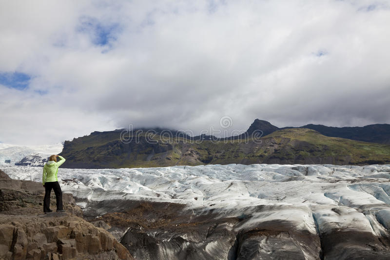 Randonneur de femme par le glacier Islande de Vatnajokull photo libre de droits