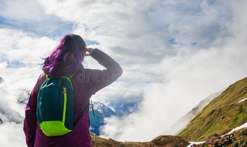 Randonneur de femme se tenant sur le dessus de la montagne extérieur image libre de droits