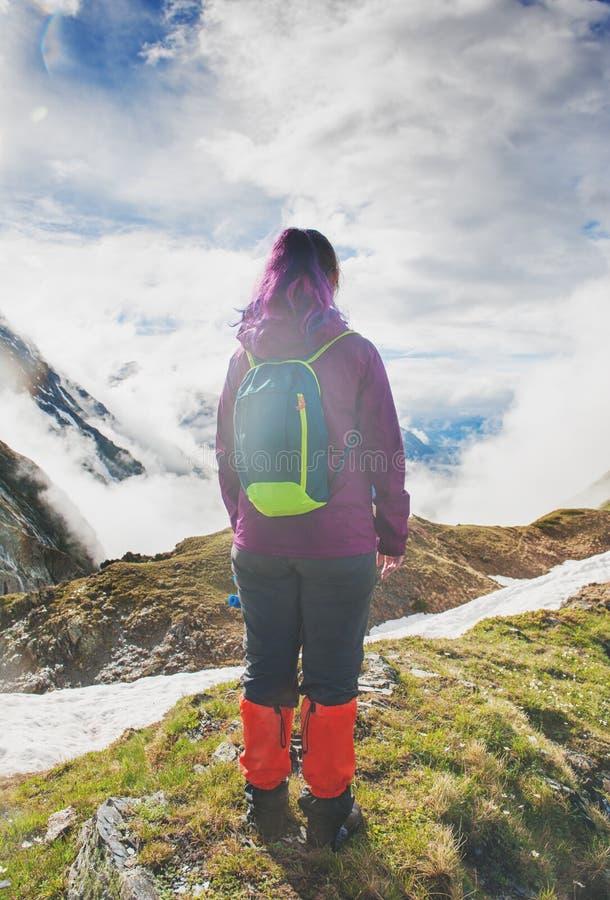 Randonneur de femme se tenant sur le dessus de la montagne Pose arrière photos libres de droits