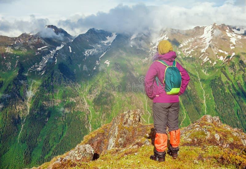 Randonneur de femme se tenant sur le dessus de la montagne Pose arrière images libres de droits