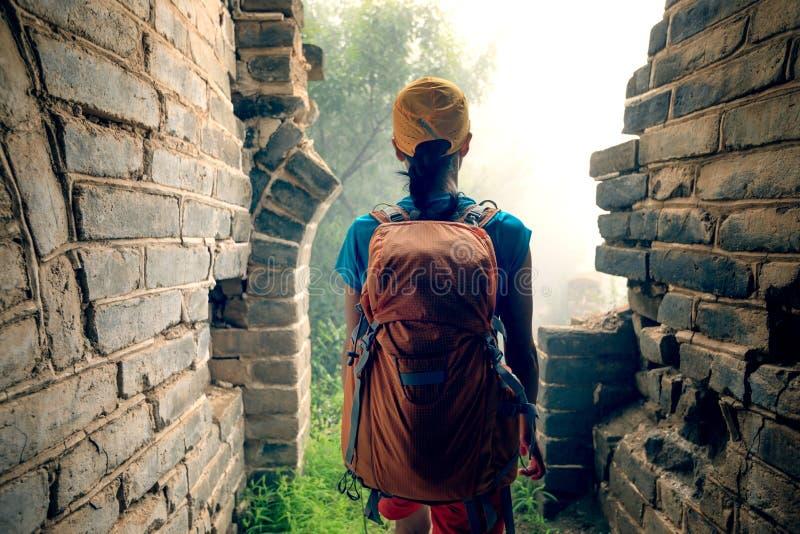 Randonneur de femme trimardant sur la Grande Muraille image stock
