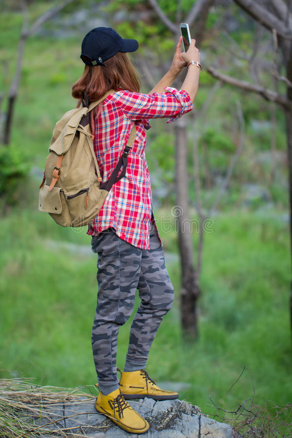 Randonneur de hippie prenant la photo, selfie avec le téléphone intelligent à la montagne image libre de droits