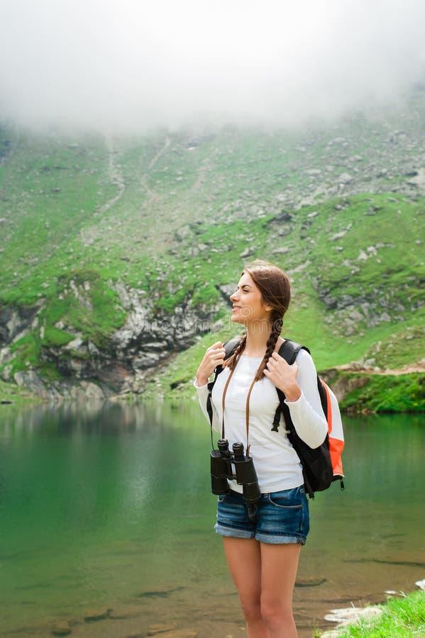 Randonneur de jeune dame Scène de lac Balea, Roumanie photo stock