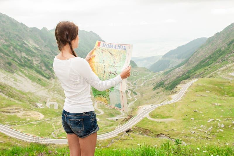 Randonneur de jeune dame tenant la carte photos libres de droits
