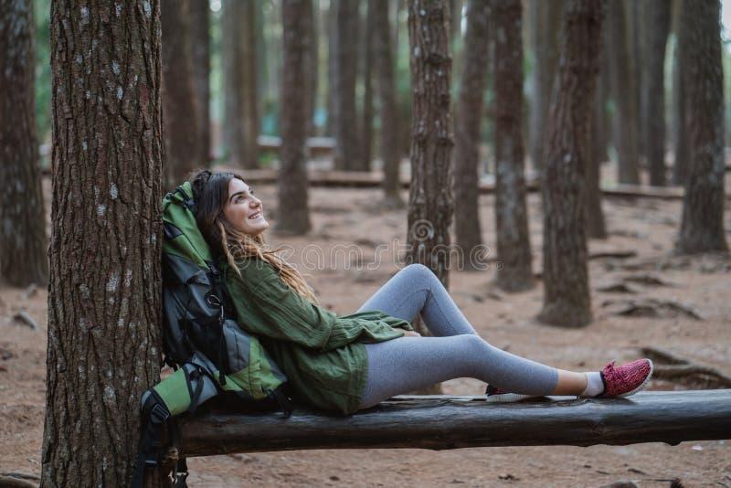 Randonneur de jeune femme détendant dans les bois image libre de droits
