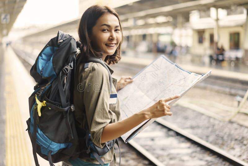 Randonneur de jeune femme souriant et tenant la carte pour la déroute de planification image stock