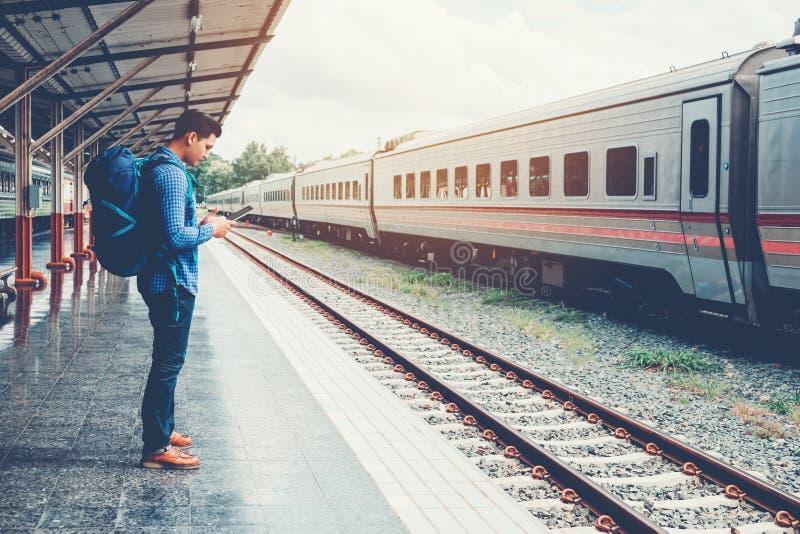 Randonneur de touristes employant la carte pour voyager à la station de train images libres de droits