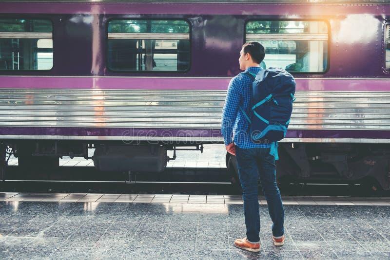 Randonneur de touristes employant la carte pour voyager ? la station de train photos stock
