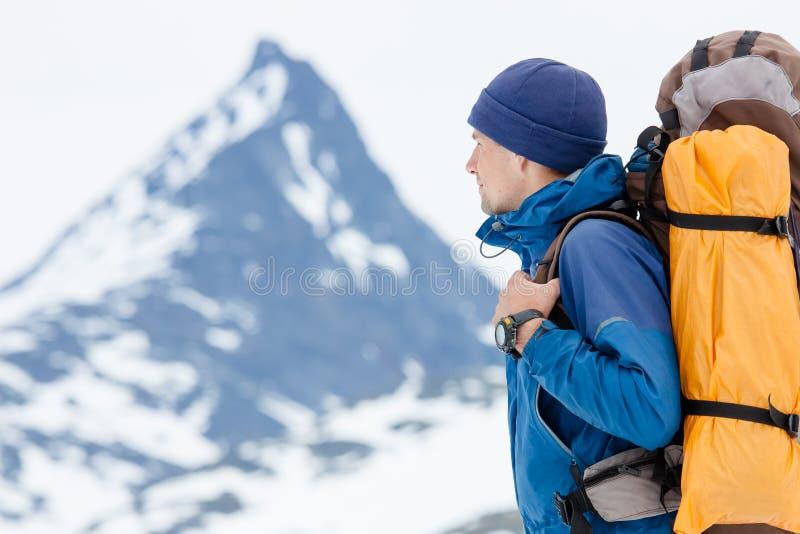 Randonneur en montagnes d'hiver photographie stock libre de droits