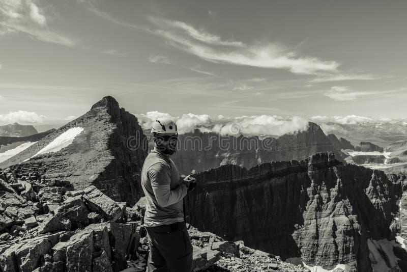 Randonneur en parc national de glacier, Montana Pris une montée de Mt Siyeh image stock