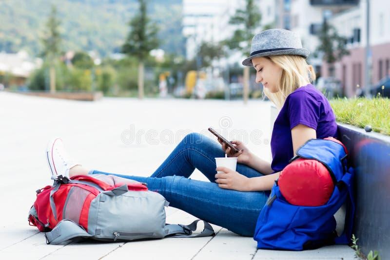 Randonneur féminin blond de repos avec le téléphone portable photo libre de droits
