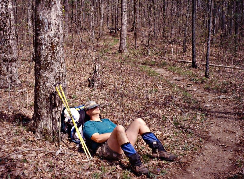 Randonneur faisant une sieste sur la traînée appalachienne images libres de droits