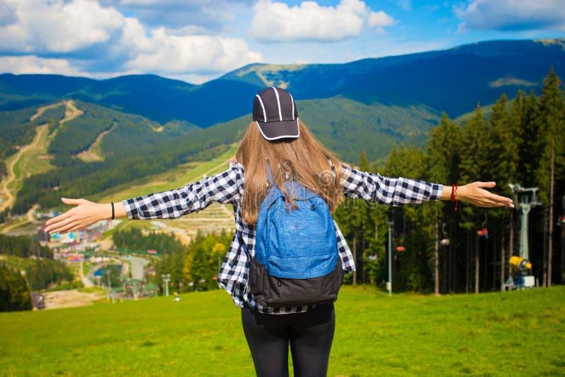 Randonneur heureux avec des mains, la liberté et bonheur photo libre de droits