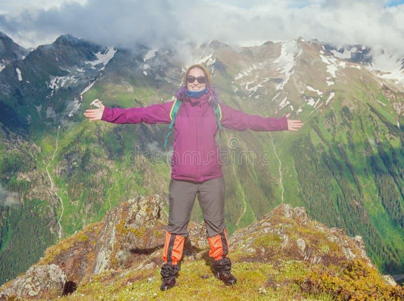 Randonneur heureux de femme sur le dessus de la montagne extérieur image stock