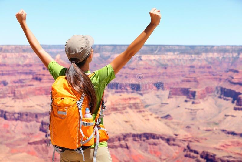 Randonneur heureux de personne de gagnant de succès dans Grand Canyon photo stock