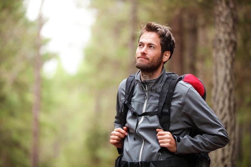 Randonneur - homme trimardant dans la forêt photo libre de droits