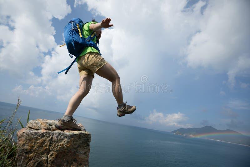 Randonneur marchant outre du bord de falaise avec les yeux couverts photographie stock libre de droits