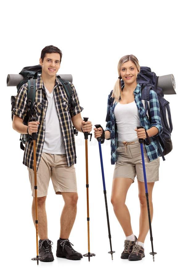 Randonneur masculin et féminin posant avec augmenter l'équipement photos libres de droits