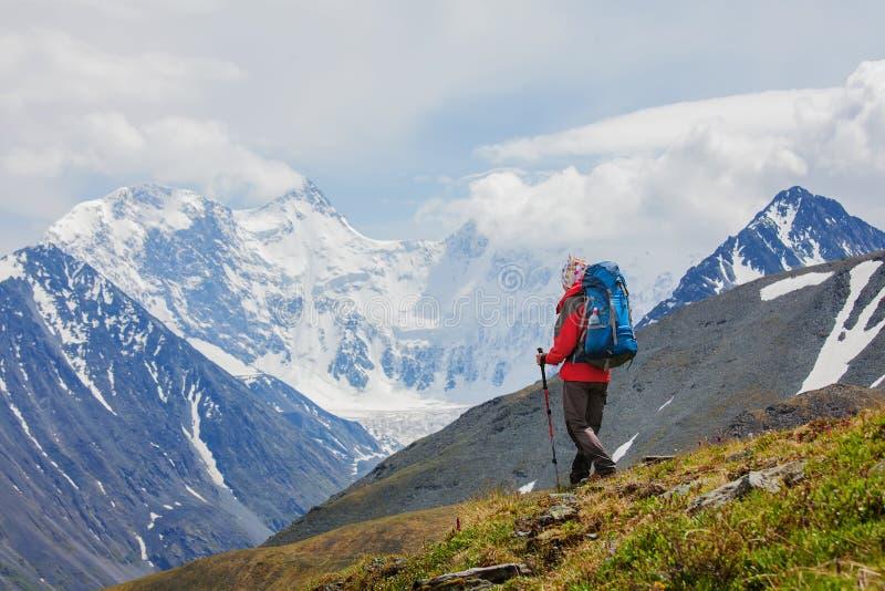 Randonneur près de montagne de Belukha, le plus haut en Sibérie photo stock