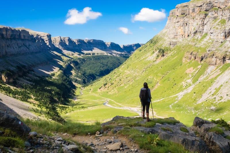 Randonneur regardant vers la vallée du parc national d'Ordesa un jour ensoleillé l'espagne images stock