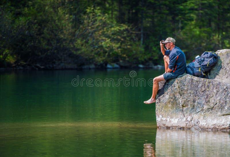 Randonneur scénique de traînée de lac photos stock
