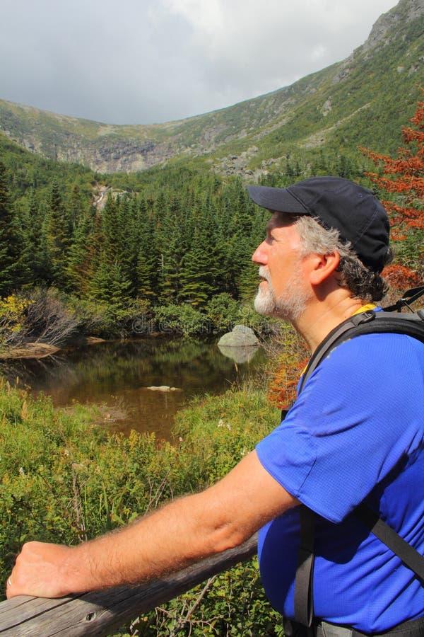 Randonneur supérieur dans les montagnes blanches de New Hampshire photos stock