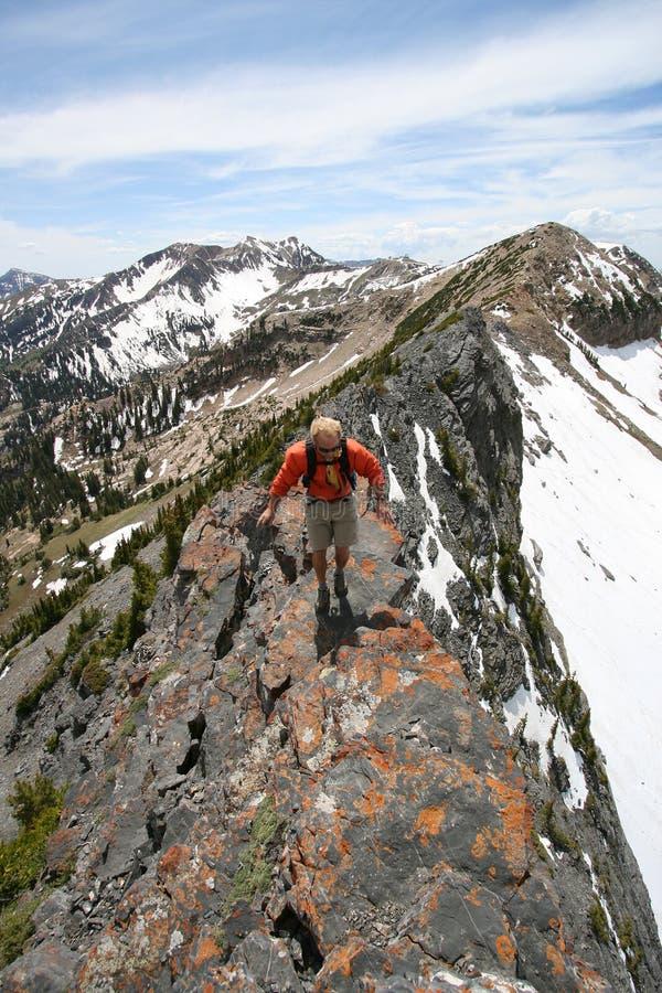 randonneur sur l'arête de montagne images stock