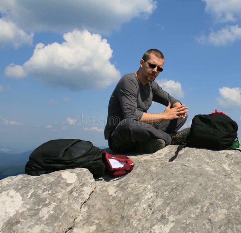 Randonneur sur le dessus de la montagne image stock