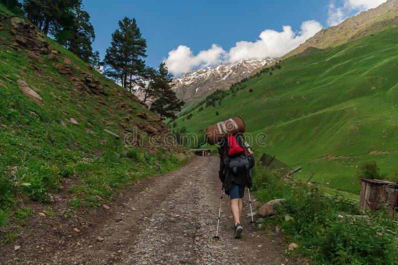 Randonneur sur le voyage en montagnes de Caucase, gorge Terskol image libre de droits