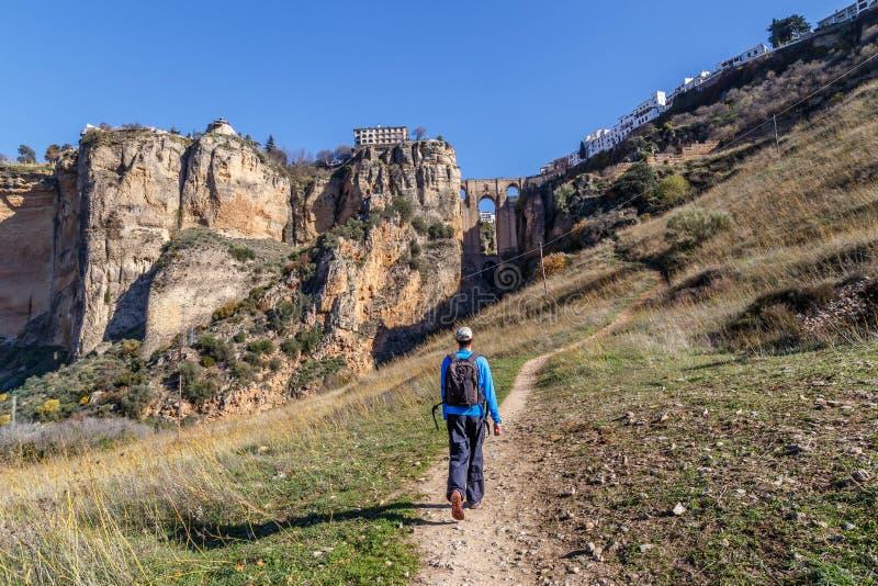 Randonneur sur un petit chemin pour Ronda, Andasusia photos stock
