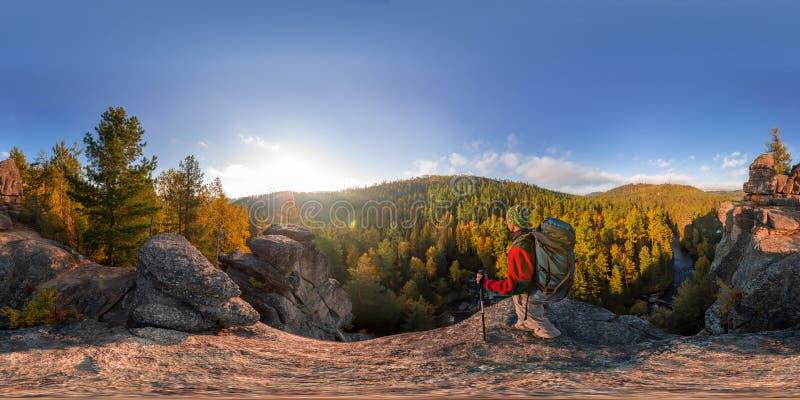Randonneur sur une chute de roche à l'aube Panorama sphérique 360 180 degrés d'équidistant photo libre de droits