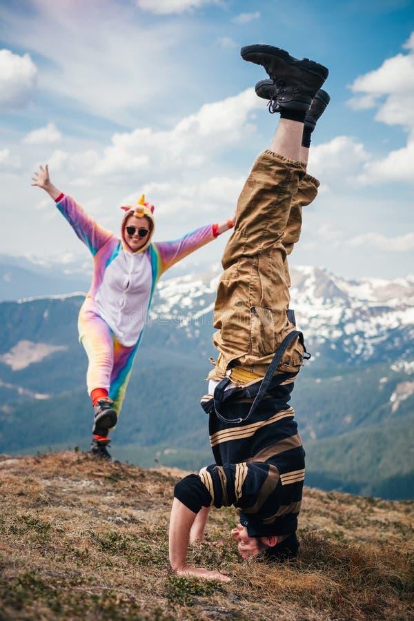 Randonneurs ayant l'amusement en montagnes carpathiennes au printemps photos stock