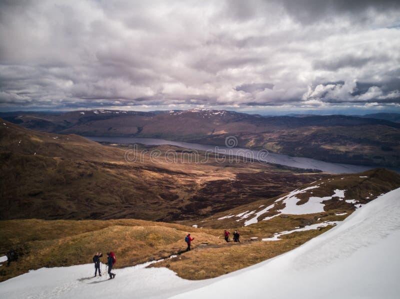 Randonneurs dans les montagnes écossaises photos libres de droits