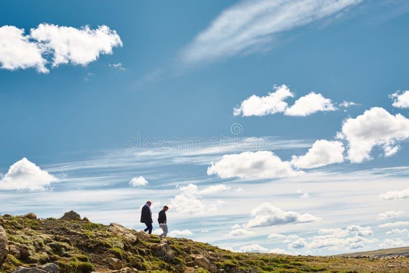 Randonneurs dans les montagnes, Islande image libre de droits