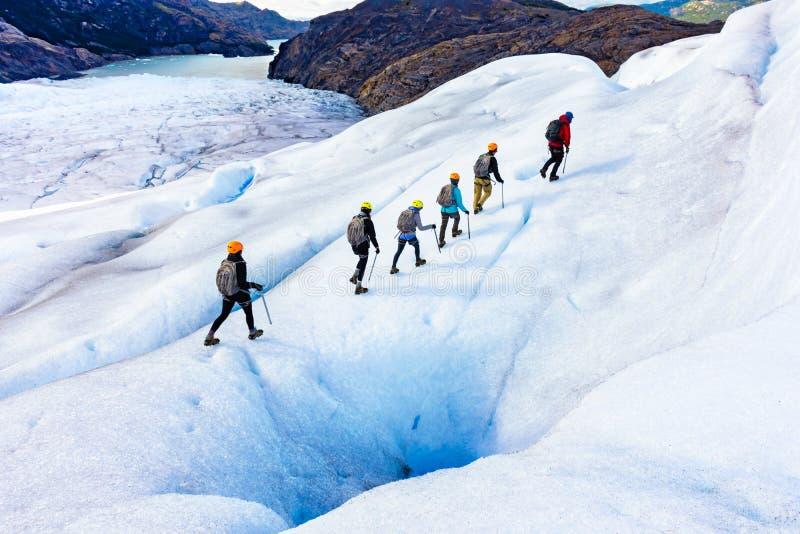 Randonneurs de glace sur Gray Glacier dans le Patagonia images stock