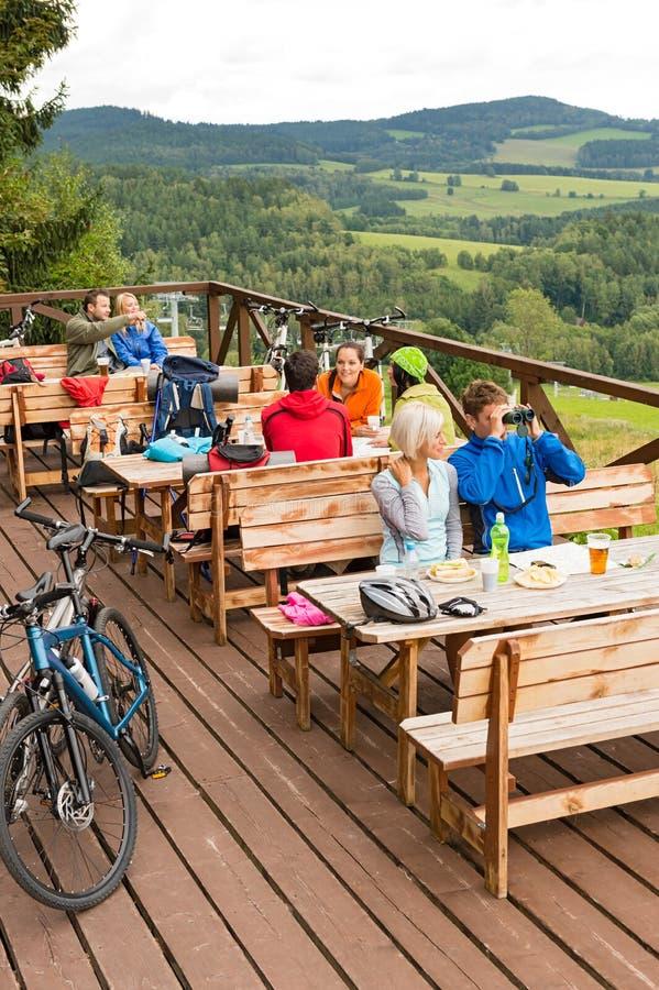 Randonneurs fatigués reposant le sport de vacances d'été de montagne photographie stock libre de droits