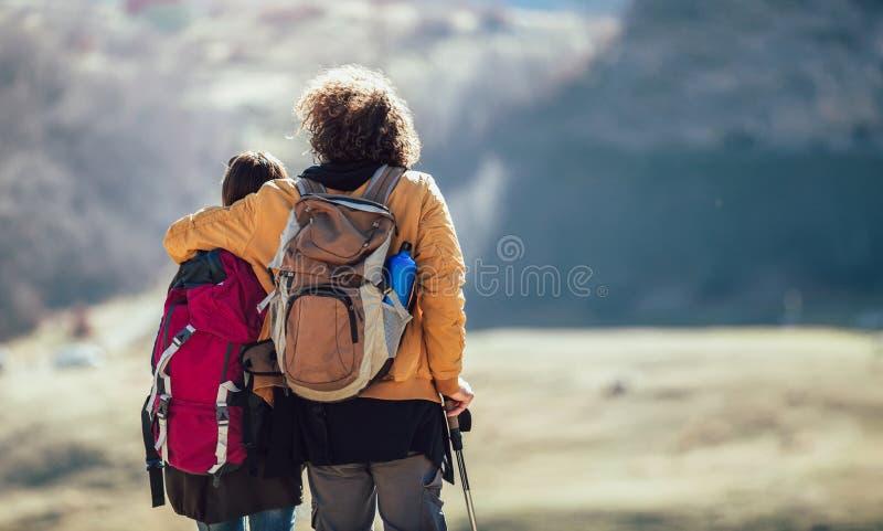 Randonneurs marchant sur une montagne au jour d'automne images stock