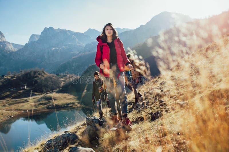 Randonneurs marchant sur une montagne au jour d'automne photos libres de droits