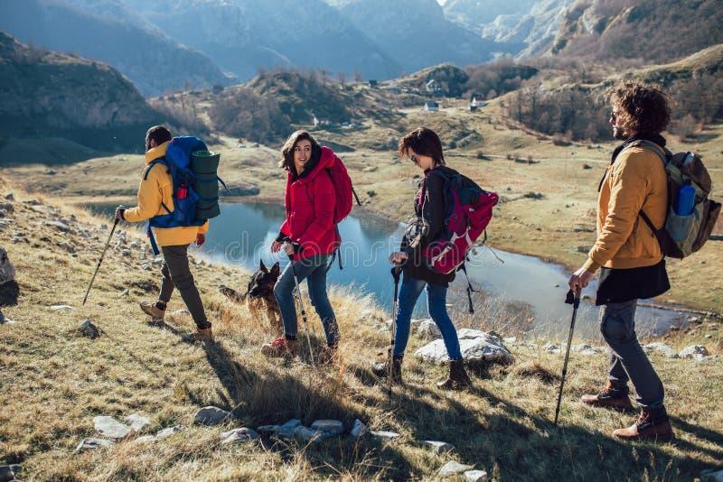Randonneurs marchant sur une montagne au jour d'automne image stock