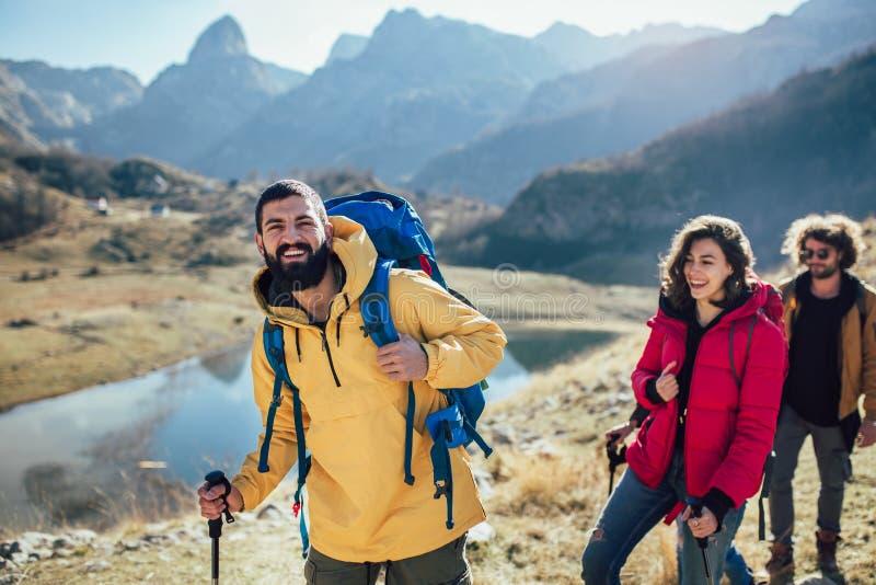 Randonneurs marchant sur une montagne au jour d'automne photo stock