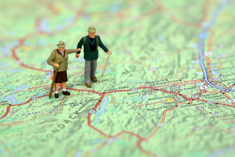 Randonneurs miniatures restant sur une carte.