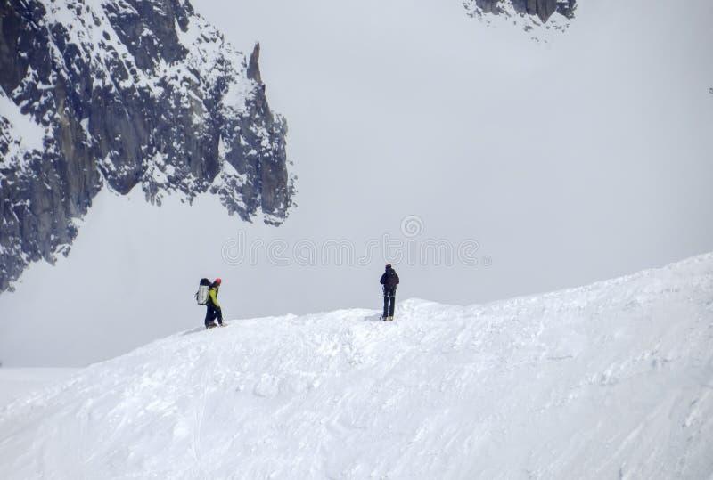 Randonneurs sur la neige à la montagne d'Aiguille du Midi photographie stock libre de droits