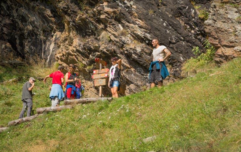 Randonneurs sur la traînée jusqu'au dessus de la montagne Vallée de Rabbin, Trentino Alto Adige, Italie photo libre de droits