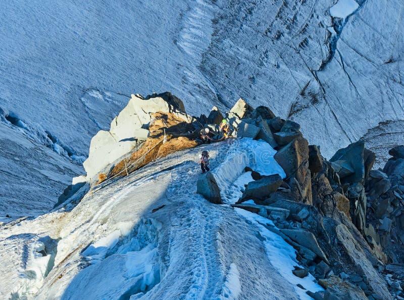 Randonneurs sur le glacier chez Aiguille du Midi, Chamonix, France photo libre de droits