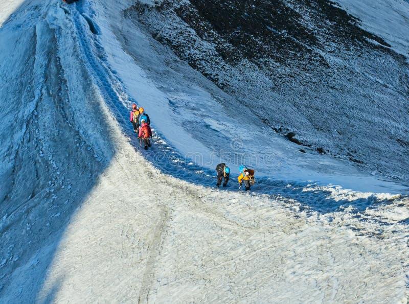 Randonneurs sur le glacier chez Aiguille du Midi, Chamonix, France image libre de droits