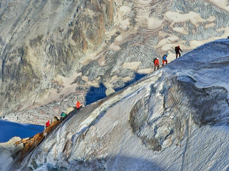 Randonneurs sur le glacier chez Aiguille du Midi, Chamonix, France photographie stock