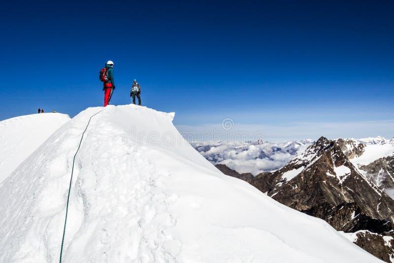 Randonneurs sur les montagnes photo libre de droits